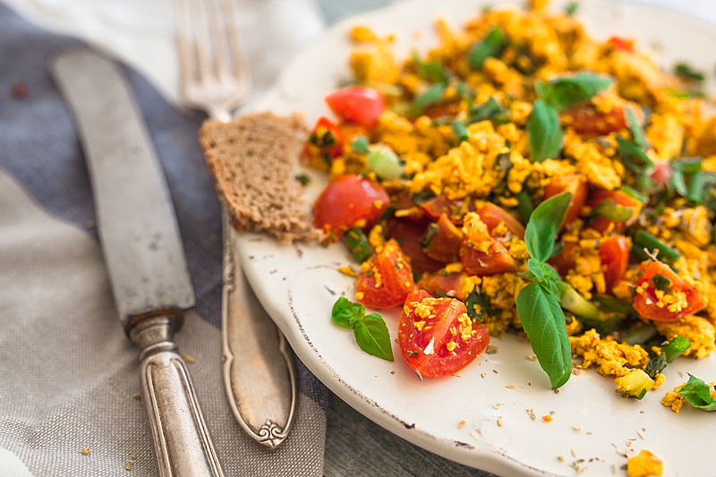 Scrambled tofu is the vegan version of the classic scrambled egg and doesn't have to hide. It's as delicious and super easy to make