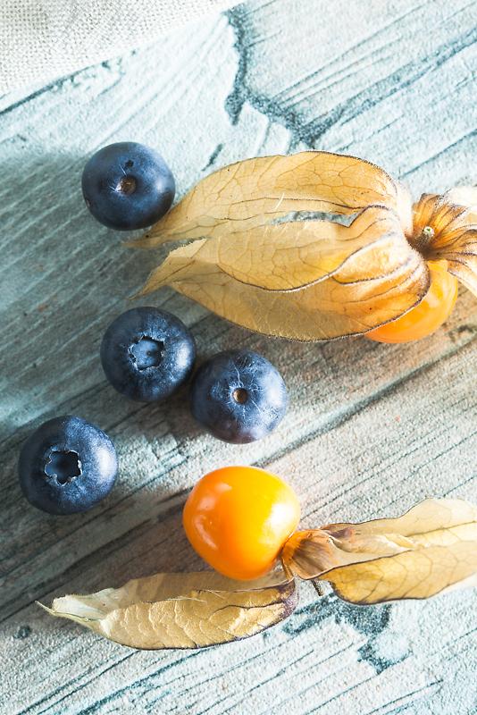 Rezept für vegane Schokomousse aus Seidentofu mit Erdnussbutter, Heidelbeeren und Physalis.