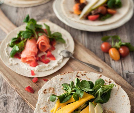 Diese 3 schnellen & gesunden Wraps sind deine Rettung nach einem langen, stressigen Tag. Mango und Avocado mit Cashewbutter, Lachs mit roter Paprika und Frischkäse und Tomaten mit Birnen und Ahornsirup. Das Rezept für gesunde Wraps gibt's auf Purple Avocado.