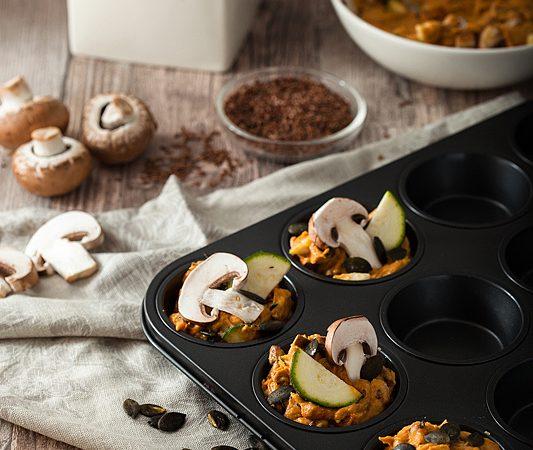 Rezept für vegane, herzhafte Muffins aus Süßkartoffeln mit Champignons, Zucchini und Kürbiskernen. Rezept gibt es auf Purple Avocado.