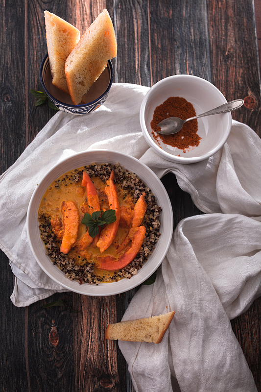 Ein unkompliziertes, fruchtiges Papaya Curry mit Kokosmilch und Quinoa. Rezept auf Purple Avocado.