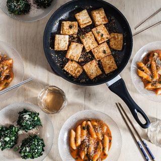 Spinatsalat, Tteokbokki und knuspriger Tofu – Koreanisch kochen mit Dennis {Food from Friends}