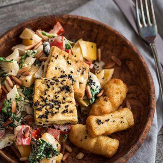 Gebratenes Gemüse und knuspriger Tofu in Senfsoße. From my fridge ist der Versuch eines nachhaltigeren Lifestyles im Hinblick auf Lebensmittelverschwendung, mehr Kreativität beim Aufbrauchen von Essensresten und einen bewussteren Umgang mit den uns zur Verfügung stehenden Rohstoffen. Dieses Projekt soll euch als Inspirationsquelle dienen und motivieren mit euren Essensresten liebevoll umzugehen und fantastische Gerichte damit zu zaubern. Mehr Rezepte gibt es auf Purple Avocado.