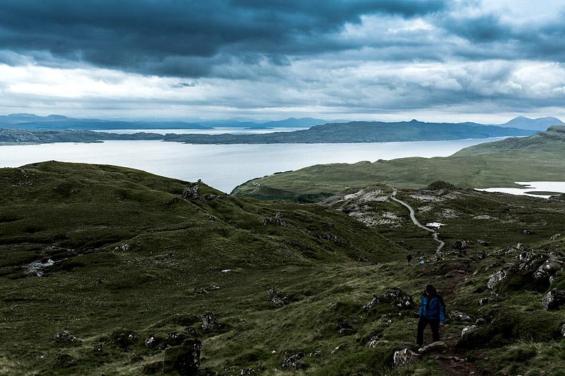 Diesen Sommer habe ich meinen allerersten Camping Urlaub unternommen und habe zwei Wochen lang die wilde Schönheit der schottischen Highlands entdeckt. Lasst mich für euch zusammenfassen, was ich an dieser Art des Reisens am meisten genossen habe.