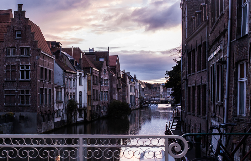 If you happen to have a long weekend before you, how about a spontaneous road trip to Belgium? In three days we visited Ghent, Bruges and Antwerp and slept at the beach. Culture, History, marvellous architecture and of course lots of Belgian food awaits you.
