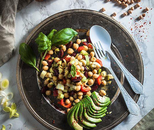 Ein superschnelles Rezept für einen sattmachenden Kichererbsen Salat mit Curry-Senf-Dressing. Rezept gibt's auf Purple Avocado