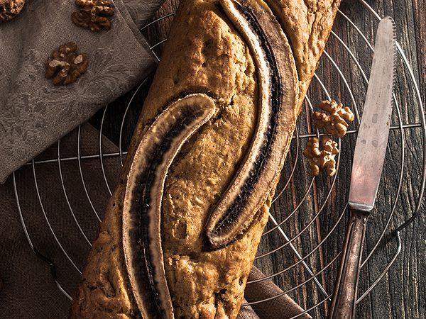 Bananenbrot mit Datteln und Walnüssen. Schön saftig und weich mit wenig / keinem Zucker und vegan. Rezept auf Purple Avocado