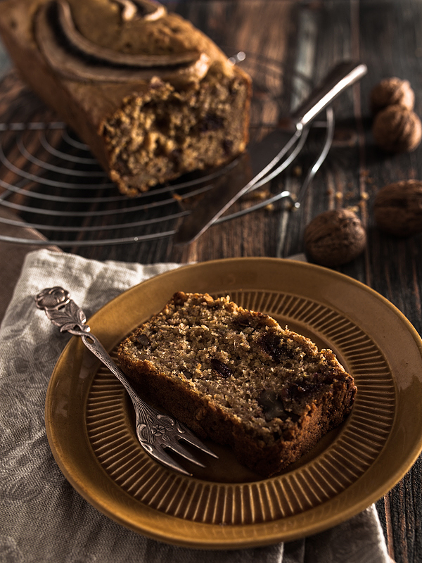 Banana Bread with Dates and Walnuts. Nicely soft and juicy with only little / none added sugar. Vegan. Recipe on Purple Avocado