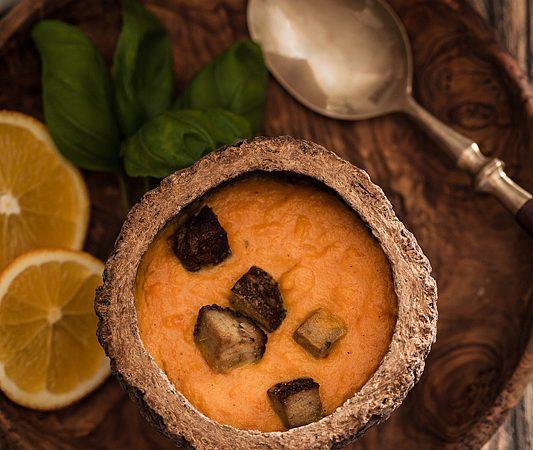 Mit dieser veganen Karotten-Orangen-Suppe holt man sich ein bisschen fruchtig, exotischen Sommer-Geschmack in die kalte Jahreszeit. Mit Räuchertofu garniert bekommt sie das gewisse Etwas und eignet sich nicht nur als Vorspeise.