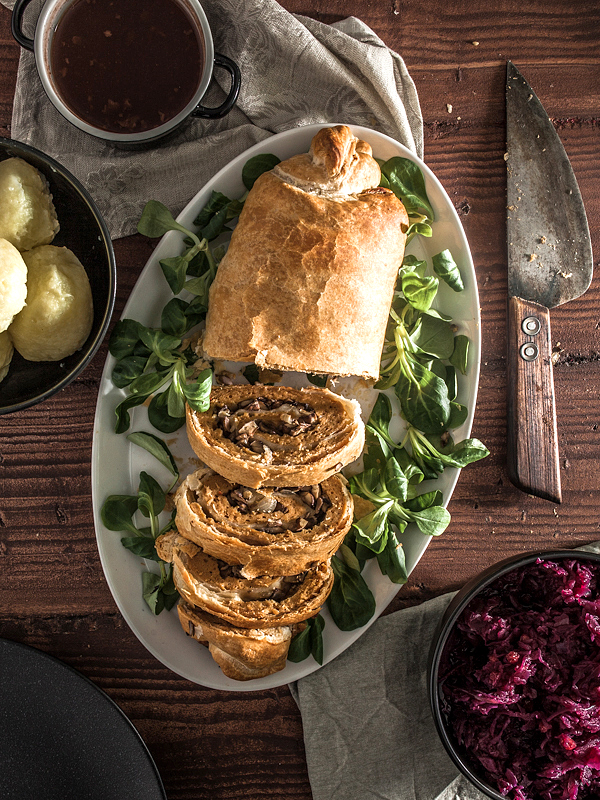 A stuffed seitan roast in puff pastry for a vegan christmas. Recipe is suitable for beginners, easily and quickly made AND cheap. What are you waiting for?