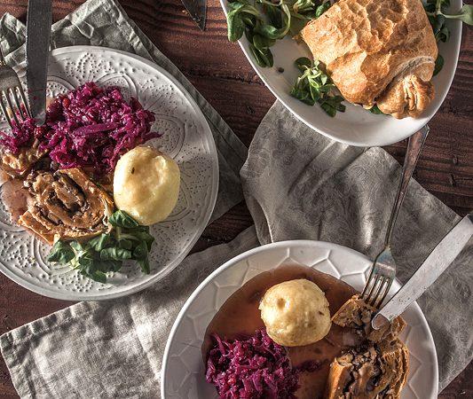 Seitanbraten in Blätterteig gefüllt mit gebratenen Champignons für vegane Weihnachten. Das Rezept ist anfängertauglich, schnell gemacht und preisgünstig. Also nichts wie ran!