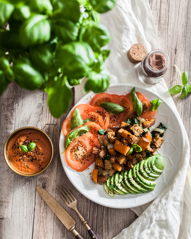 On Purple Avocado it's all about homemade, vegan ketchup this time. A 3 ingredient ketchup. To this we're adding fried sweet potato with spinach, garlic and smoked tofu. This is a salty, fruity and creamy dish garnished with tomato and avocado. Foodstyling, highkey, Sabrina Dietz