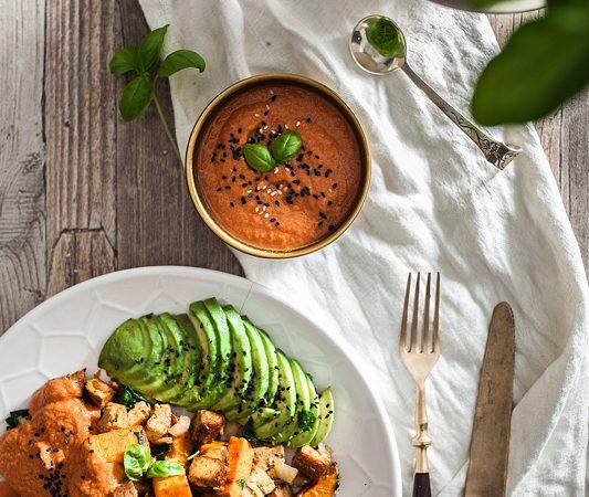 Auf Purple Avocado geht es dieses Mal um selbstgemachten, veganen Ketchup aus nur 3 Zutaten. Dazu gibt es gebrtatene Süßkartoffel mit Spinat, Knoblauch und Räuchertofu. Fruchtig und cremig ist das Gericht mit einer Garnitur aus Tomaten und Avocado. Foodstyling, highkey, Sabrina Dietz