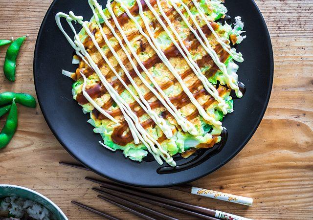 Klassisches Okonomiyaki Rezept von Senta. Ich durfte Katzen streicheln, Senta hat mich japanisch bekocht - für Food from Friends eine kulinarische Reise zu Freunden. Jetzt auf Purple Avocado.