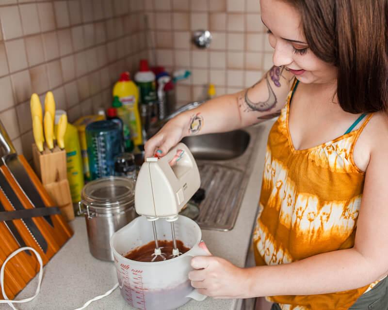 Saftiger Käsekuchen mit einem Brownie Boden, getoppt mit Schokolade und Himbeeren. Brownie-Käsekuchen Rezept auf Purple Avocado.