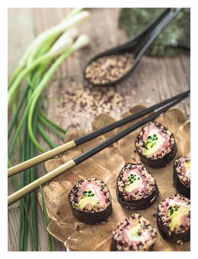 Sushi ist nicht bloß roher Fisch und Reis. Beim Sushi rollen in der eigenen Küche kann man ordentlich austoben. Es geht auch gesünder mit diesem Quinoa Sushi mit Avocado und Lachs, meiner absoluten Lieblingskombo. Mehr dazu auf Purple Avocado.