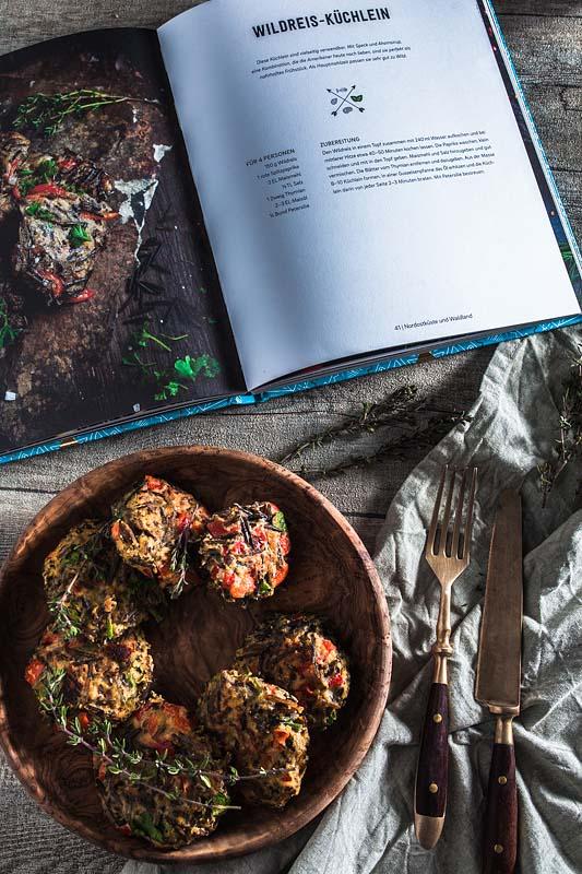 Das Ethno-Kochbuch von Karolina Przybylskanimmt uns mit auf eine Reise zu der Esskultur der amerikanischen Ureinwohner. In 60 Rezepten geht es um ursprüngliche Zutaten, mit denen man gesundes Powerfood ganz einfach selber machen kann. Zu Testzwecken habe ich Wildreis-Küchlein mit Paprika ausprobiert.