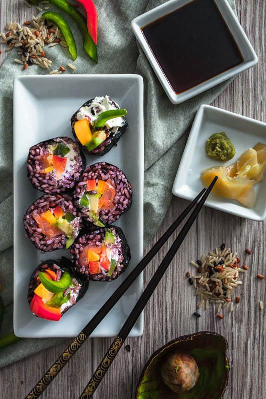 Regenbogen Sushi mit lila Reis