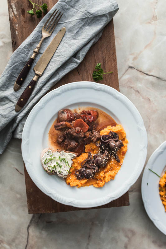 A hearty wild game goulash with pumpkin sweet potato mash and roasted mushrooms and glazed onions in red wine sauce. That's what we served at the food'n'spice blogger meet-up in Berlin.