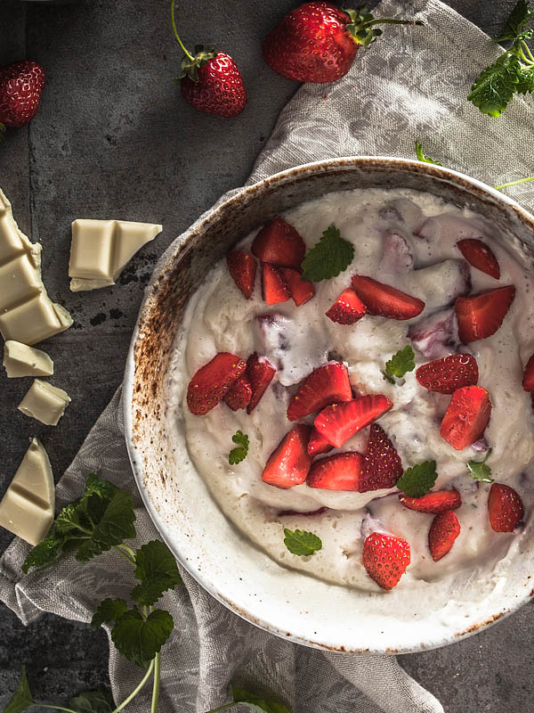 There are plenty of aquafaba recipes. But this 4 ingredients summer recipe for a fruity, light curd / yogurt mousse with white chocolate, strawberries and aquafaba is new and exciting.