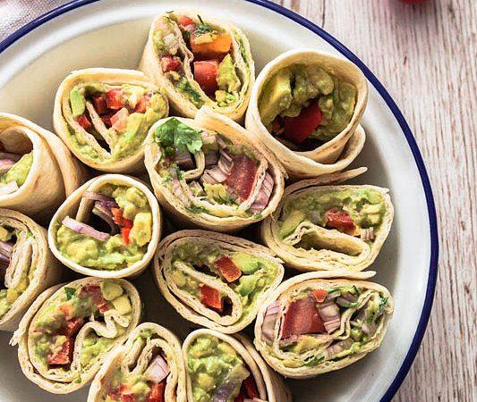 Wenn's mal schnell gehen muss, für Picknicks, unterwegs oder als Fingerfood für den nächsten Serien-Abend: Schnelle Avocado Wraps in zwei Variationen - mit Guacamole und Cashewbutter. Ganz unkompliziert und köstlich. Rezept und Foodfotografie von Purple Avocado / Sabrina Dietz