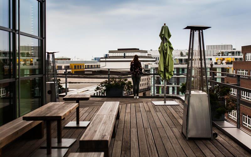 Restaurant Guide Hamburg: Wer in Hamburg mal so richtig gutes Steak essen möchte, dem sei das Meatery Steak Restaurant im SIDE Hotel Hamburg wärmstens ans Herz gelegt. Hier gibt es feinstes Dry-Aged Steak, argentinisches Rinderfilet, diverse Vorspeisen wie Tatar und Austern und eine feine Auswahl an Craft Bieren. Nichts wie hin, ihr Fleischfans!
