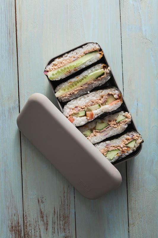 Rezept für Onigirazu, japanische Reissandwiches, mit scharfer Tunfisch-Mayonnaise-Füllung und bebilderter Faltanleitung.Rezept von Purple Avocado / Sabrina Dietz #rezept #rezepte #foodphotography #foodstyling #japanisch #sushi #onigiri