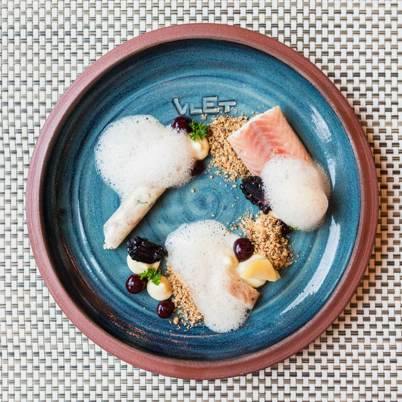 Best restaurants in Hamburg: The Vlet at the warehouse district interprets the Hamburg cuisine in a modern way. Take your most precious people here for an unforgettable evening. Text and photos by Sabrina Dietz / Purple Avocado #hamburg #restaurants #citytrip #recommendation #food #tips