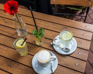 Getränkeauswahl im Café Motte in Hamburg Ottensen: Zitronenlimonade, heiße Zitrone und Milchkaffee