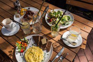 Gedeckter Frühstückstisch, Café Motte, Hamburg Ottensen