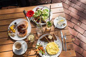 Gedeckter Frühstückstisch im Café von der Motte, Ottensen