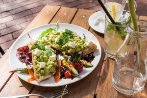 Avocado Baguettes mit Feta und Salat im Café von der Motte, Hamburg