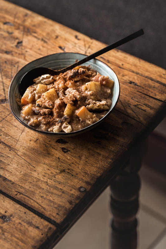 Recipe for a comforting, warming baked apple oatmeal with lots of cinnamon and honey. The perfect winter breakfast for the coldest time of the year. #recipe #winter #porridge #foodstyling #foodphotography