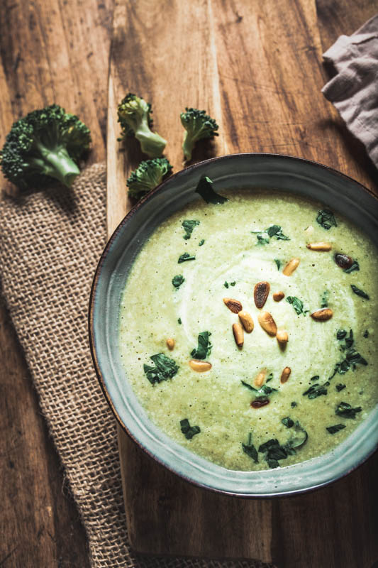 Cream of broccoli soup with hummus, crème fraîche and soft goat cheese. Vegetarian but also easy to veganise. Topped with pine seeds and parsley a perfect, warminga and filling winter soup.