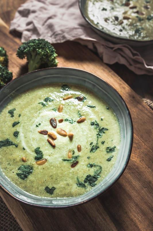 Brokkoli-Cremesuppe mit Hummus, Créme Fraîche und Ziegenkäse. Optional vegetarisch oder vegan. Mit Pinienkernen und Petersilie getoppt die perfekte Wintersuppe
