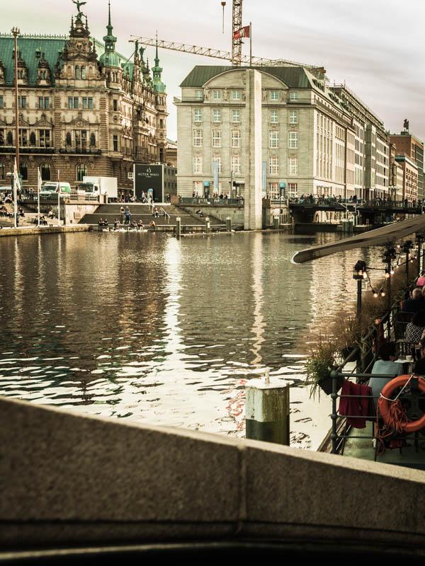 Restaurant Guide Hamburg - Das Vlet an der Alster mit Blick auf's Rathaus