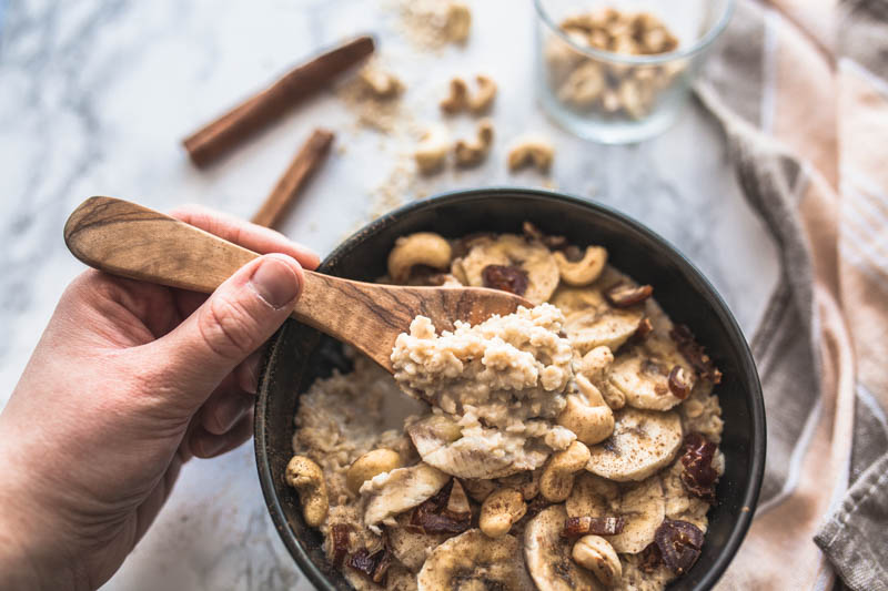Recipe for a super quick and vegan microwave oatmeal with creamy cashew butter and cinnamon. Most amazing comfort food for breakfast. #breakfast #recipes #ideas #inspiration #sweet #brunch #bowl