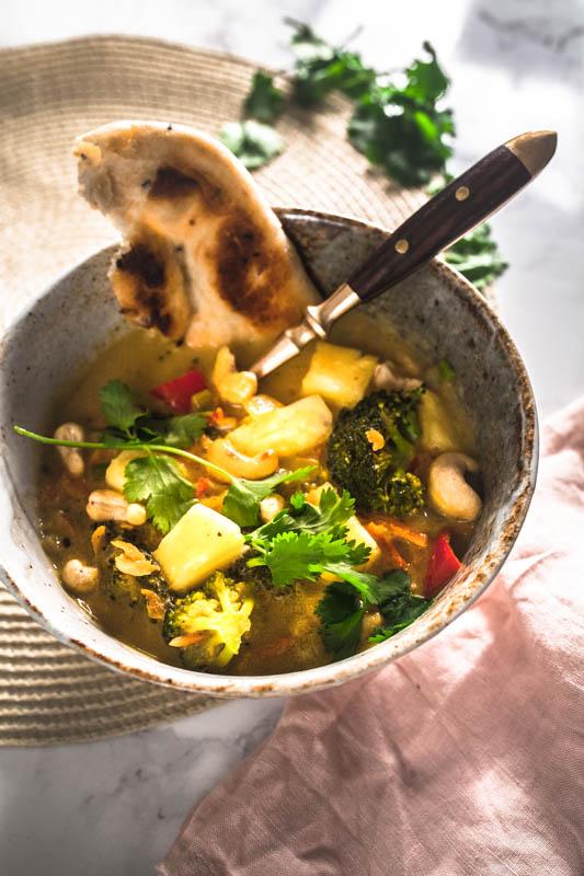 Rezept für veganes Kokos-Curry mit Cashews und Ananas. #golden #curry #gelbes #vegetarisch #vegan #indisch #thai #curry rezept