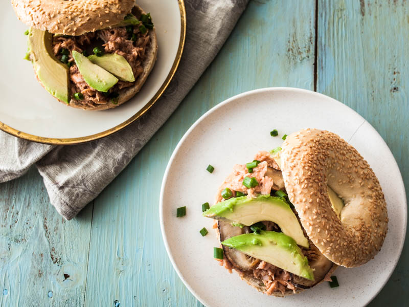 Recipe for smoky & tender pulled salmon bagels with avocado. #snack #breakfast #bagel #carbs