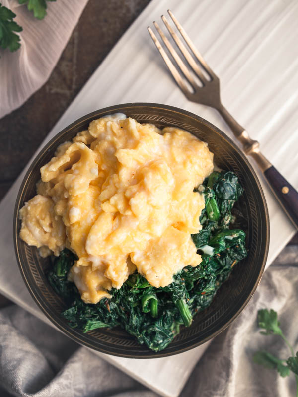 How to make the perfect scrambled eggs - without much time and effort. I've also included a recipe for perfect garlic spinach. #breakfast #lunch #brunch #recipes #eggs