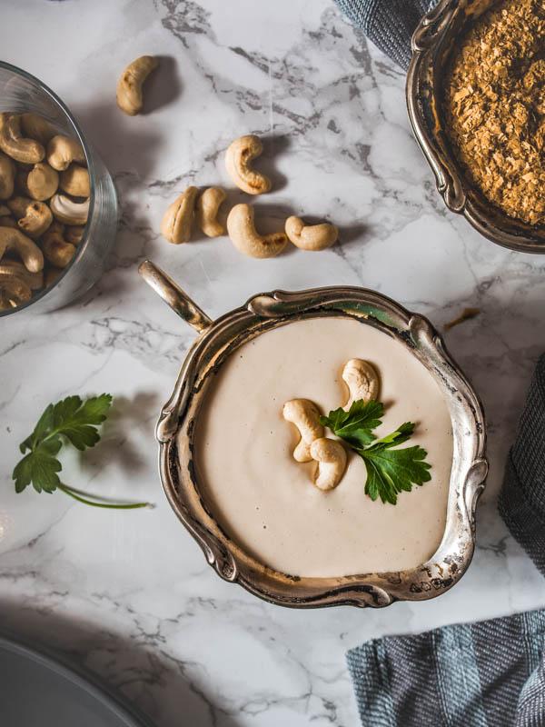 Vegane Cashew Sauce Rezept. Nur 5 Zutaten, vegan und in 15 Minuten fertig. Dazu gibt es Gnocchi, Knoblauch-Spinat und frische Shiitake Pilze. #vegetarisch #nudeln #nudelsauce #cashews #pasta