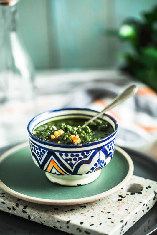Veganes Walnuss Pesto Rezept plus schnelles, vegetarisches Sandwich mit Tomate, Zucchini und Cashewmus #brot #vegan