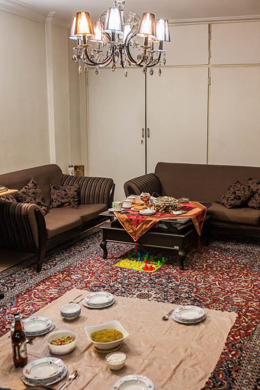 Ein typisches Iranisches Wohnzimmer. Traditionell isst man am Boden