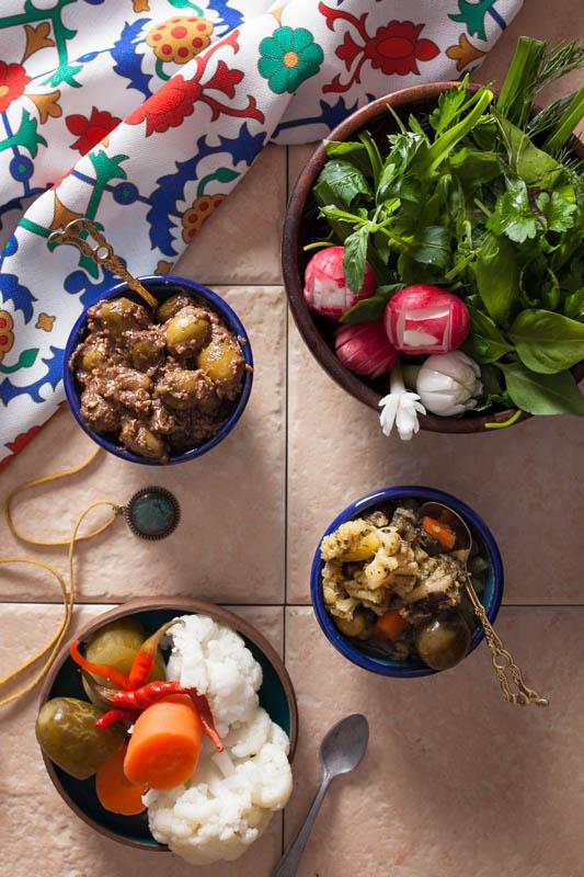 Sabzi khordan, zeytoon parvarde & shoor – Frische Kräuter, marinierte Oliven und eingelegtes Gemüse