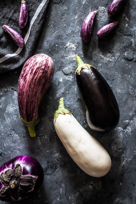 Holländische Auberginen in verschiedenen Formen, Farben und Größen. #foodstyling #foodphotography