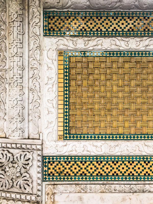 Wunderschöne Mosaik-Wand in der Nähe von Eram Garden, Schiras