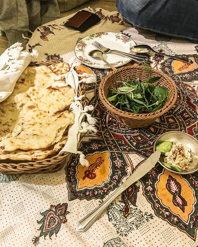 Vorspeisen bestehend aus Brot, Kräutern und Käse im Haft Khan, Schiras