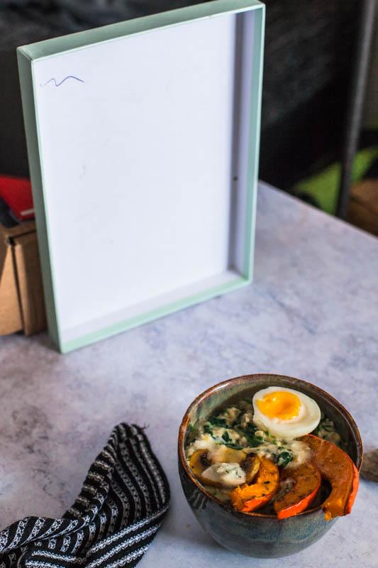 Porridge Bowl von einem Kartondeckel als Reflektor aufgehellt. Food Fotografie Aufbau