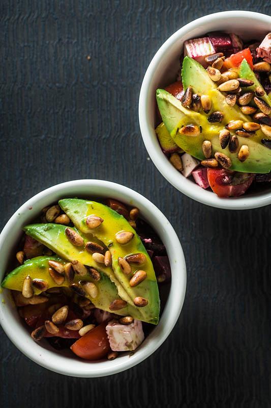 Rezept für einen cremigen Avocado Salat mit gerösteten Pinienkernen, rote Beete, Tomate, Fetakäse und einem deftigen Tahin Dressing. Rezept und Foodstyling von Purple Avocado