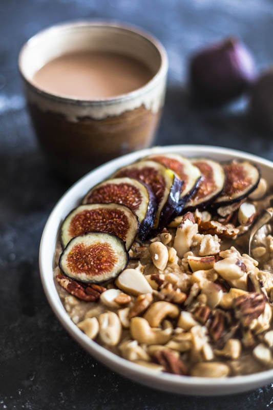A bowl of porridge served with figs // How to cook rolled oats microwave